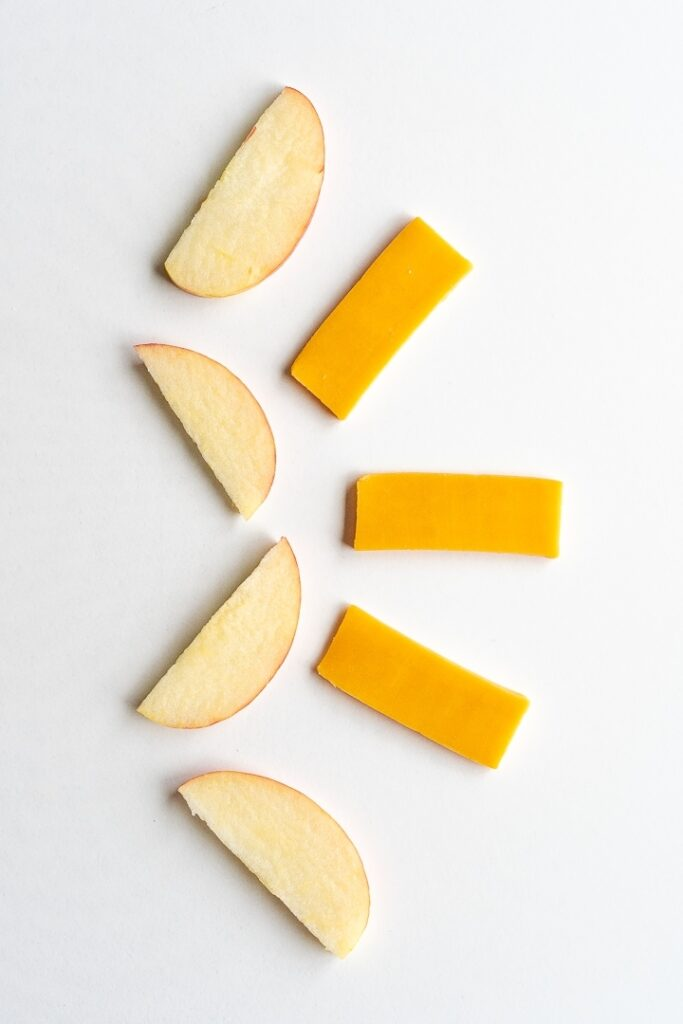 apple and cheese slices